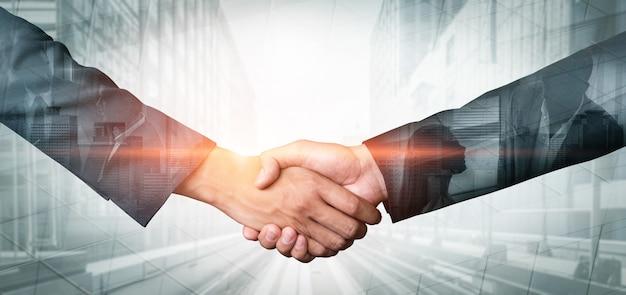Doppelbelichtungsbild des handshakes der geschäftsleute auf stadtbürogebäude