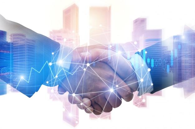 Doppelbelichtungsbild des investorgeschäftsmannhändedrucks mit partner mit digitaler network link-verbindung und diagrammdiagramm des börse- und stadtbildhintergrundes
