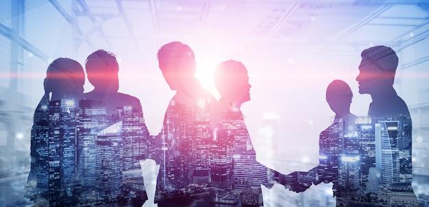 Doppelbelichtungsbild eines konferenzgruppentreffens vieler geschäftsleute auf stadtbürogebäude im hintergrund, das partnerschaftserfolg des geschäftsabkommens zeigt