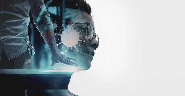 Doppelte belichtung der asiatischen frau mit dem medizinischen arzt, der mit modernem computer in der viruszeichen-benutzeroberfläche im labor oder im krankenhaus arbeitet.