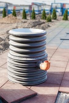 Doppelte klärgrube aus kunststoff vor der installation. abwasser. sammlung und entsorgung von schmutzwasser.