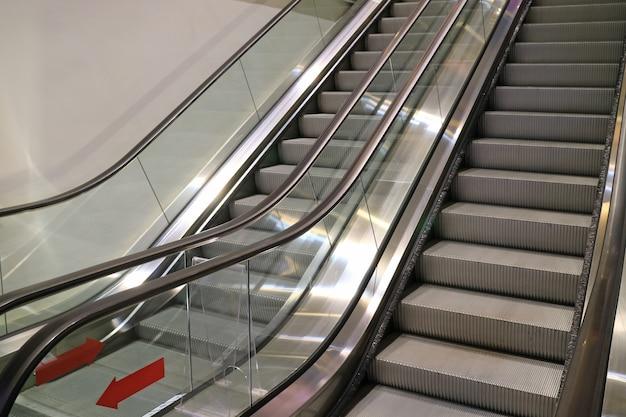Doppelte rolltreppentreppe des einkaufszentrums