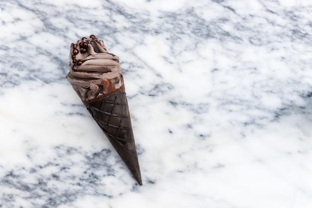 Doppelte schokoladeneiscreme mit schwarzen waffelkegeln