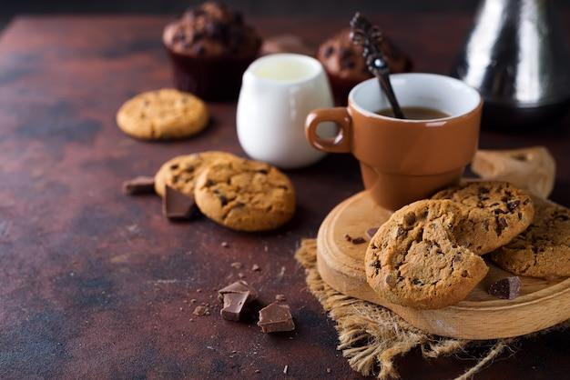 Doppelte schokoladenplätzchen mit chips auf einer schüssel und kaffee in der schale