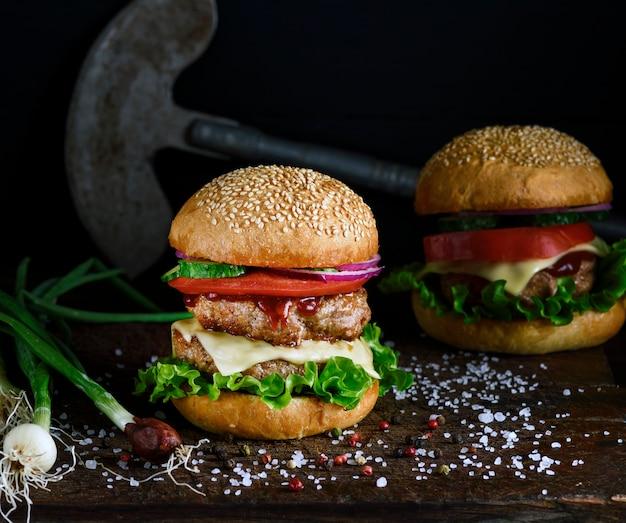 Doppelter burger mit gemüse und käse