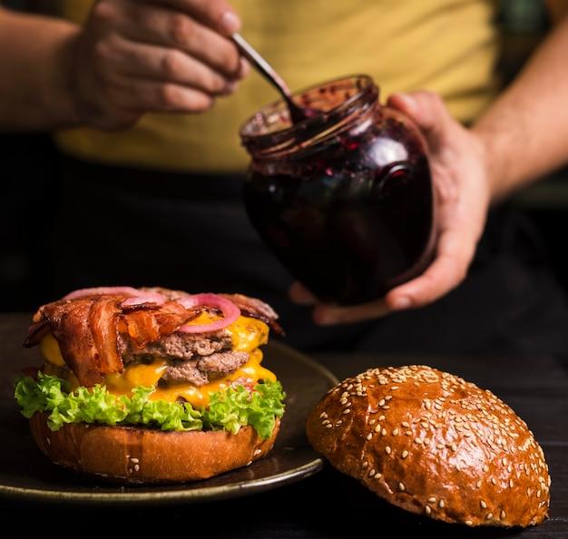 Doppelter cheeseburger der nahaufnahme mit speck