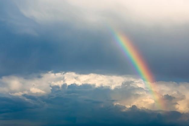 Doppelter regenbogen über dem blauen himmel