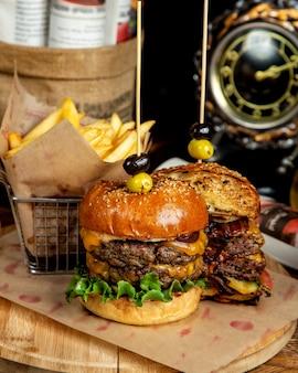 Doppelter speck-cheeseburger und pommes frites