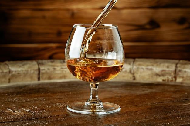 Doppelter whisky, der in ein glas gegossen wird