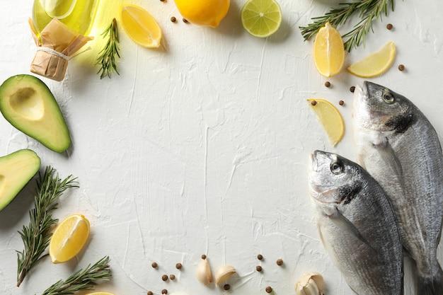 Dorado fischt und kocht bestandteile auf weißem hintergrund, raum für text