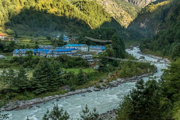 Dorf in mt.everest trekkingstrecke mit schöner aussicht auf berg und fluss