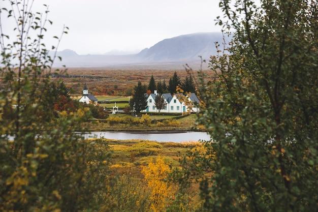 Dorf mit bauernhöfen in einer ländlichen gegend der berge von island