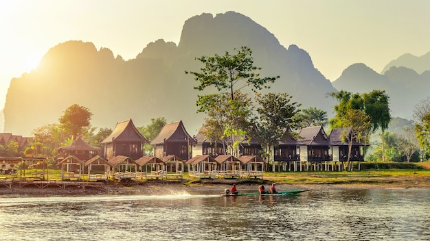 Dorf und bungalows entlang des nam song flusses in vang vieng, laos.