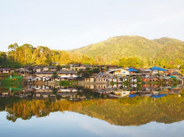Dorf- und seelandschaftsansicht am abend bei rak thai village, mae hong son province, thailand