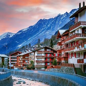 Dorf von zermatt mit matterhorn-gebirgshintergrund bei sonnenuntergang, schweiz