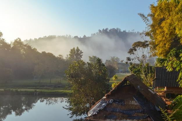 Dorf zwischen bergen und nebel