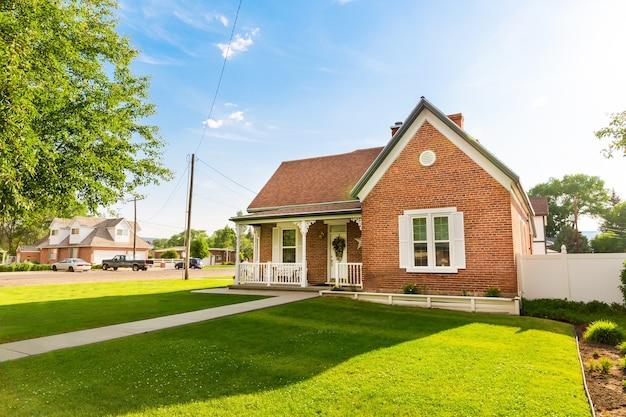 Dorfhaus im sommertag