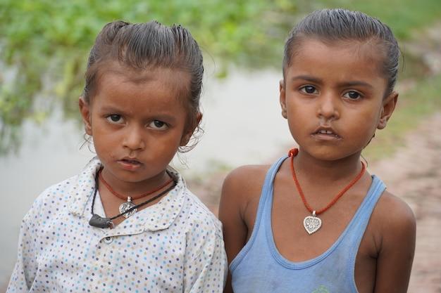 Dorfkinder schauen zu