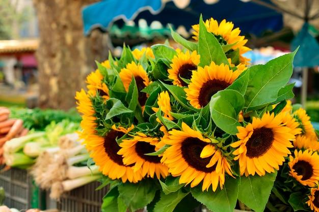 Dorfmarkt mit sonnenblumen
