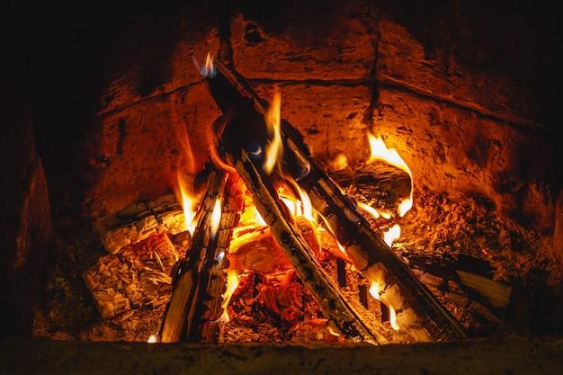Dorfofen brennholz und feuer. brennendes holz im traditionellen ofen.