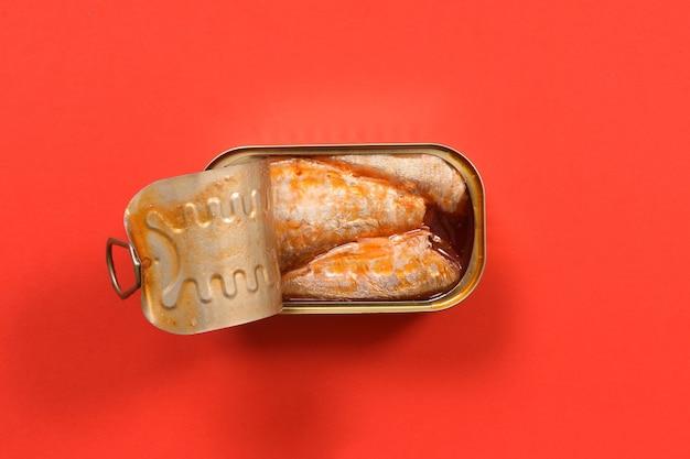 Dose eingelegte sardinen auf rot