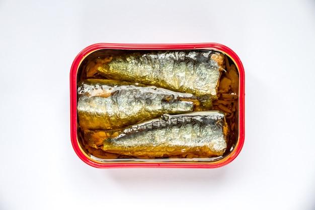 Dose sardinen in öl auf weißem hintergrund