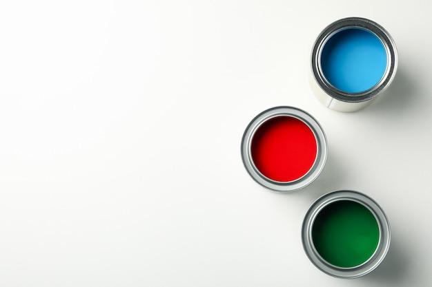 Dosen verschiedener farben auf weißer isolierter draufsicht