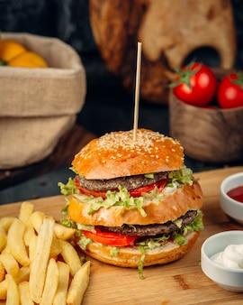 Double beef burger serviert mit pommes frites
