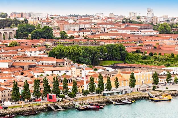 Douro-fluss und traditionelle boote in porto, portugal