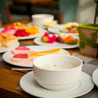 Dovga nationale aserbaidschanische suppe in der schüssel