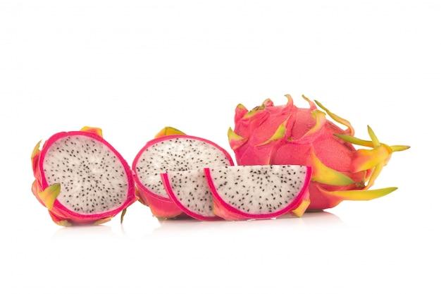 Drachefrucht getrennt gegen weißen hintergrund