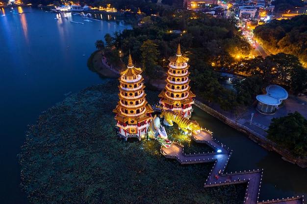 Drachen- und tigerpagoden in der nacht in kaohsiung, taiwan.