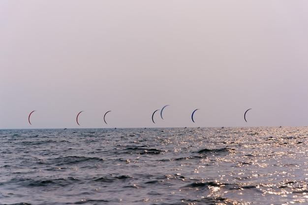 Drachenbrandungswettbewerb am strand, viele drachen am sonnigen tag.