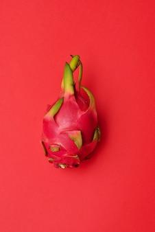 Drachenfrucht auf der leuchtend roten oberfläche