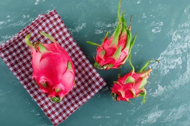 Drachenfrucht auf gips und picknicktuch. draufsicht.