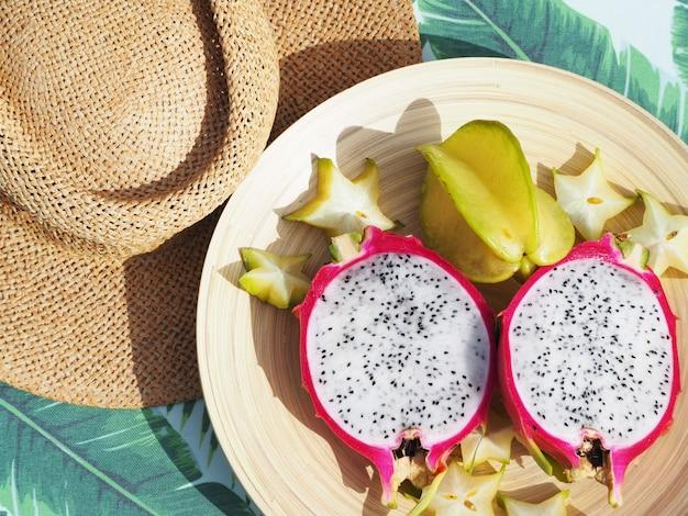 Drachenfrucht und carambola auf dem tisch geschnitten