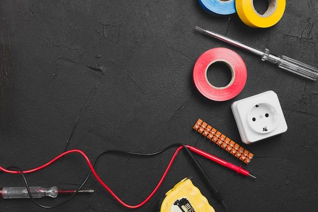 Drähte und instrumente auf dem tisch