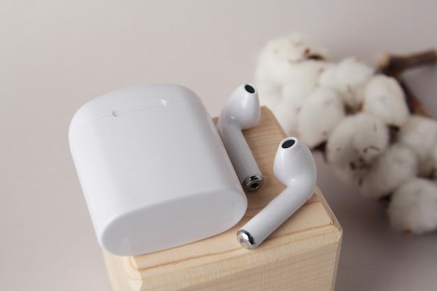 Drahtlose bluetooth-kopfhörer, tragbarer drahtloser in-ear-kopfhörer mit etui, neue technologie, technologie für unternehmen