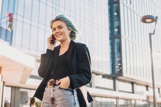 Drahtlose kommunikation blauhaarige frau mit geschäftsabschlüssen remote-business-konzept