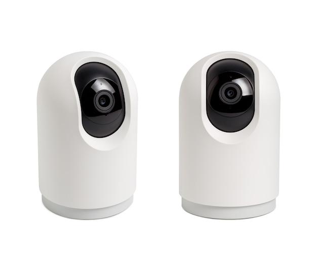 Drahtlose sicherheitskamera, video-indoor-ip-überwachungskamera, an der wand befestigte kugelkamera, cctv-überwachungskamera, die im haus auf weißem hintergrund betrieben wird.