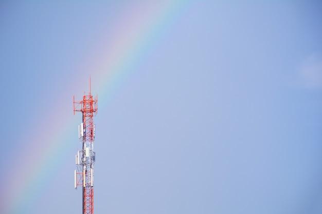 Drahtlose technologie der telekommunikationsmast fernsehantennen auf hintergrund des blauen himmels