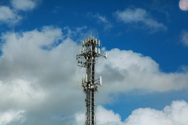 Drahtlose technologie der telekommunikationsmast fernsehantennen mit blauem himmel