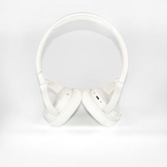 Drahtlose weiße kopfhörer auf weißem hintergrund.