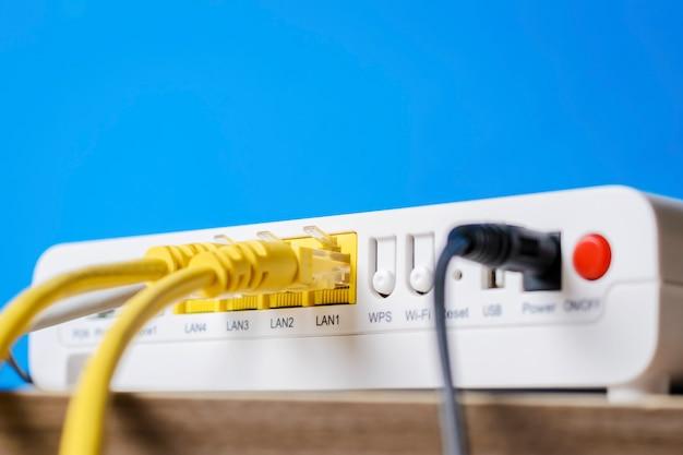 Drahtloser hauptrouter mit den ethernet-kabeln angeschlossen, nahaufnahme