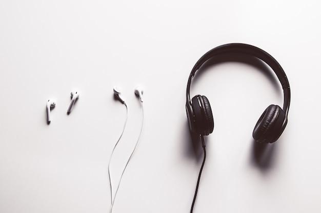 Drahtloser vergleich von kopfhörern mit kabelgebundenen kopfhörern, kopierraum.