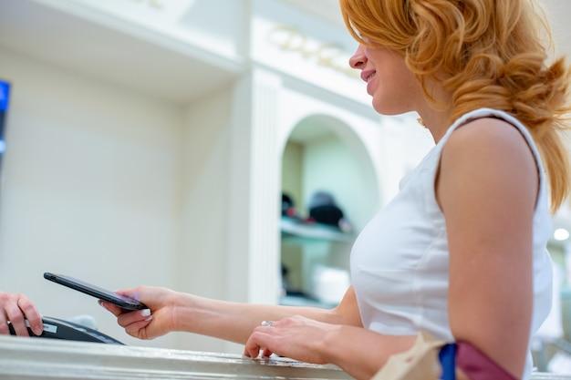Drahtloses bezahlen mit smartphone und nfc-technologie. nahaufnahme.
