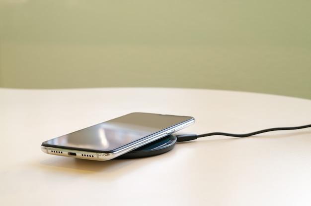 Drahtloses laden des smartphones über ein induktionsladegerät