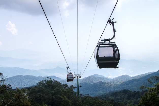 Drahtseilbahnansicht über berglandschaft bei danang in vietnam