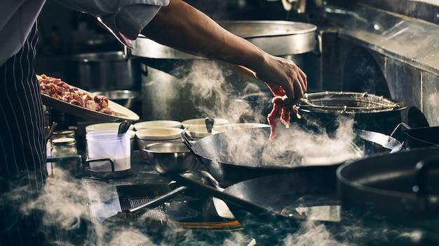 Dramatisch mit dem kochen