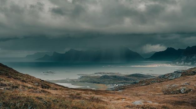Dramatische aussicht, starker regen über der nordsee im polarnorwegen, blick von den bergen der lofoten-inseln